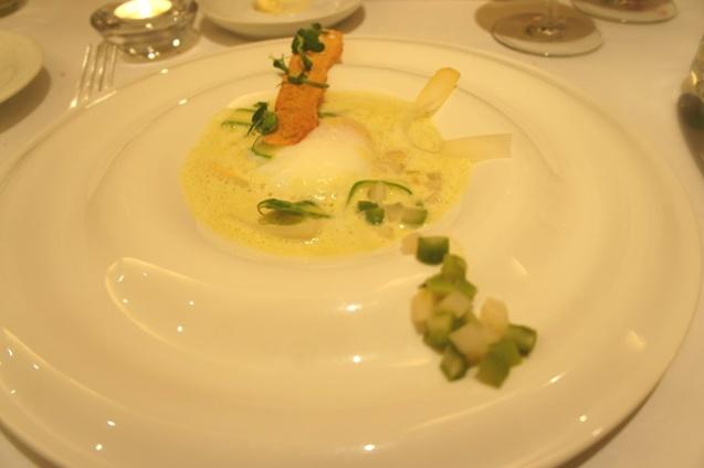 L'œuf translucide, asperges vertes, Parmesan