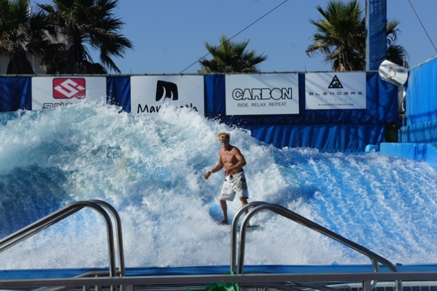 Papy Surfeur sur des vagues artificielles