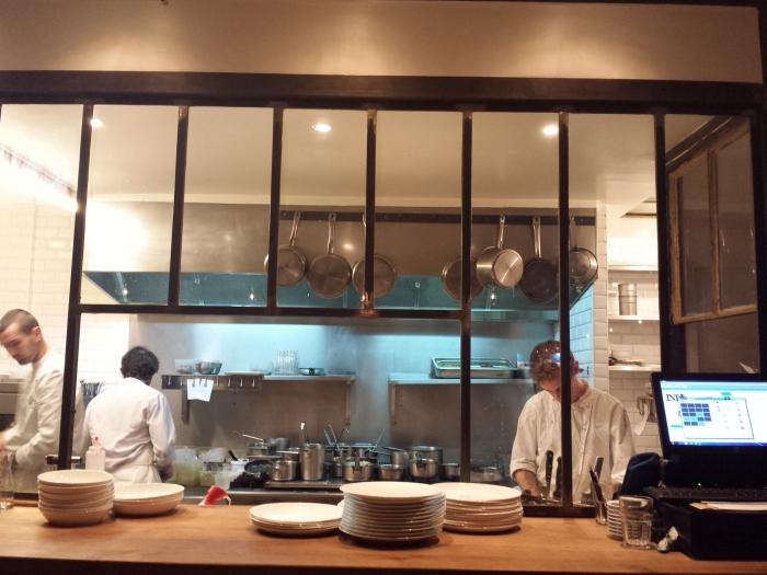 Assis au bar, vous aurez une vue plongeante sur la cuisine