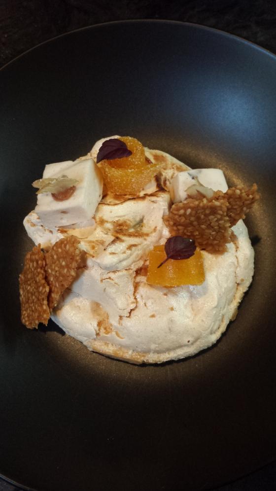 Mignardises : bonbon mangue, bonbon marron glacé, sésame, meringue