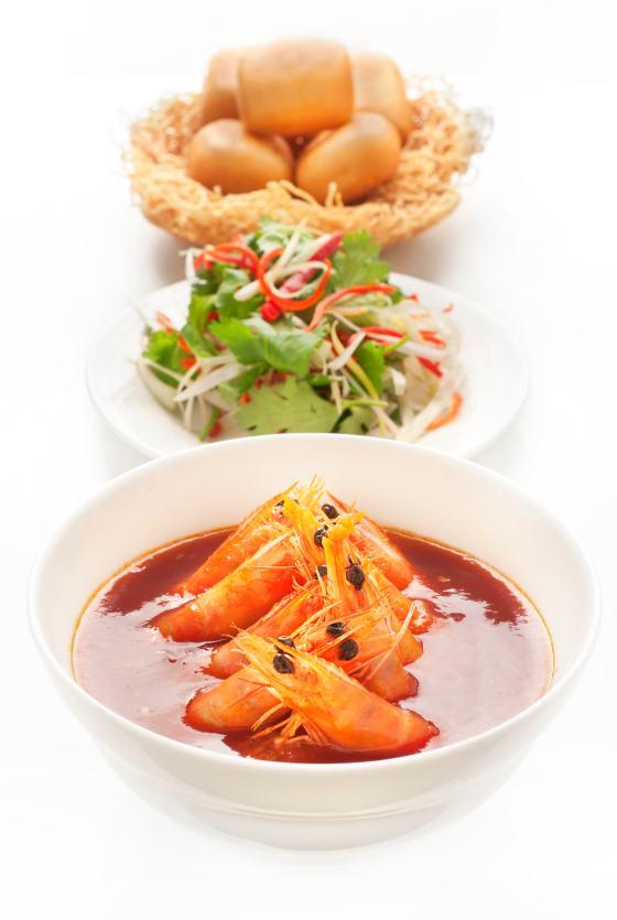Gambas épicées servies dans une sauce  pimentée aux œufs, pain bun «mantou» frit - La Bauhinia - Shangri-La Hotel, Paris