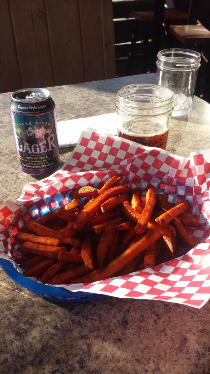 Bière locale et frites de patates douces