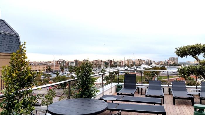 La terrasse de l'hôtel offre une très belle vue sur le port